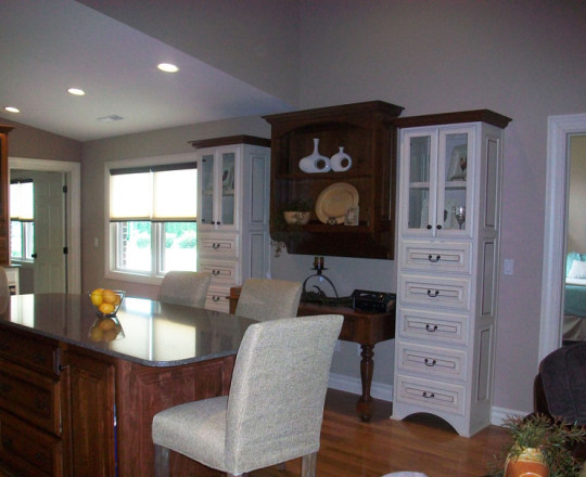 Apartment Showroom Kitchen | Hard Maple | Latte Finish and Cherry | Mahogany Stain