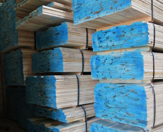 Dried lumber - Random Width -End trimmed - Painted